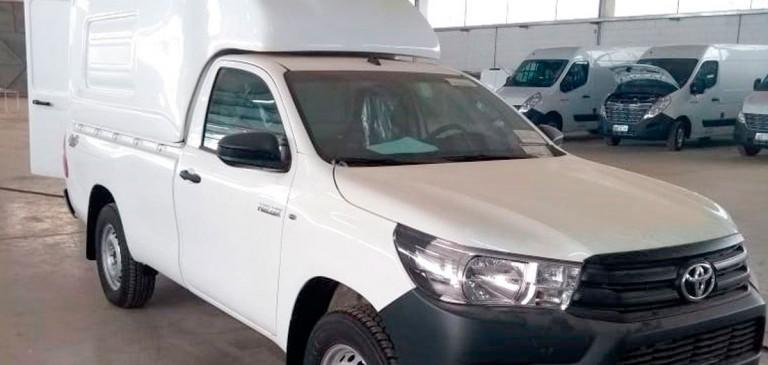 Toyota Hilux com Capota em Fibra Transformado em Oficina Móvel